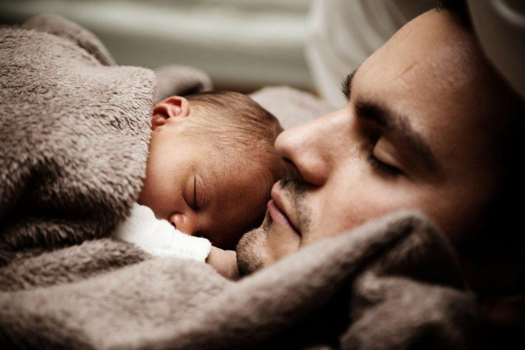 padre expresando afecto lazo familiar